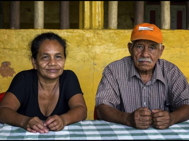 Elida Cerrato,56 y José Hernández, 76, padres de Eva Nohemí posan para un retrato en Progreso, Honduras, 15 Agosto, 2014. Eva Nohemí fue identificada como una de las 72 personas asesinadas en Tamaulipas, Mexico en 2010. (Fotografía/ Ginnette Riquelme)