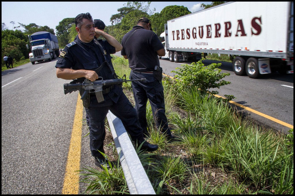 Tapachula, Chiapas. 20 de abril de 2015. La policia fronteriza y policia municipal realizan operativos en caminos en donde son asaltados por pandillas los migrantes entransito por mexico. Foto: Moyses Zuniga Santiago.