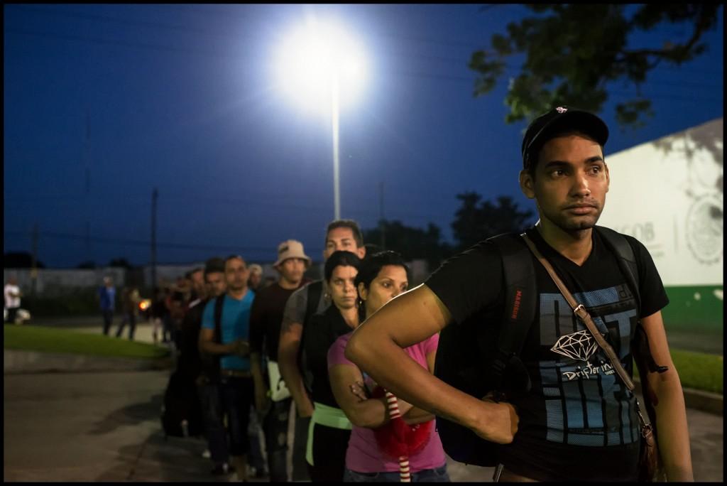 Migrantes cubanos esperan para entregarse a migración, este es el último paso antes de llegar a EEUU. Vuelan de Cuba a Ecuador con visa de turista, atraviesan Colombia y Centroamérica por tierra. La travesía dura aproximadamente un mes y tiene un costo de entre $3000 y $6000 por persona.  Foto: Encarni Pindado