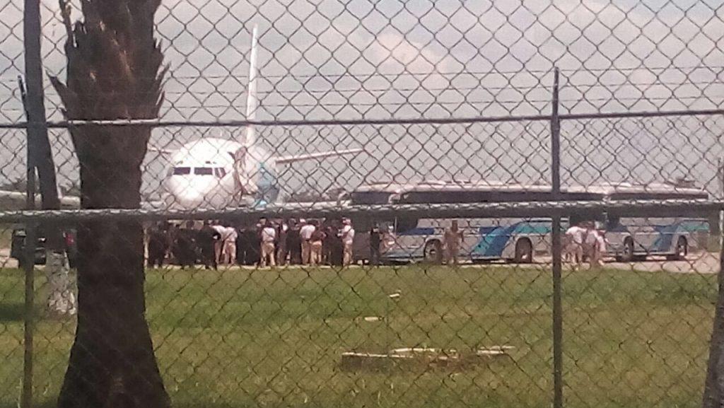El INM utilizó un avión de 300 plazas para deportar a decenas de migrantes cubanos desde el aeropuerto de Tapachula, Chiapas.