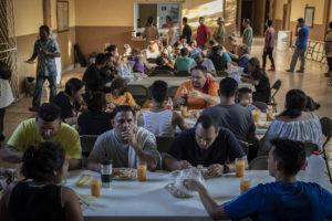 Organizaciones de la sociedad civil y de la iglesia apoyan a migrantes con hospedaje y alimentos. Foto Duilio Rodríguez.